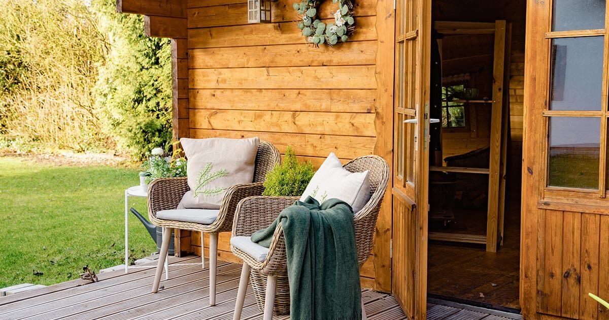 Un abri de jardin décoré avec chaises en terrasse